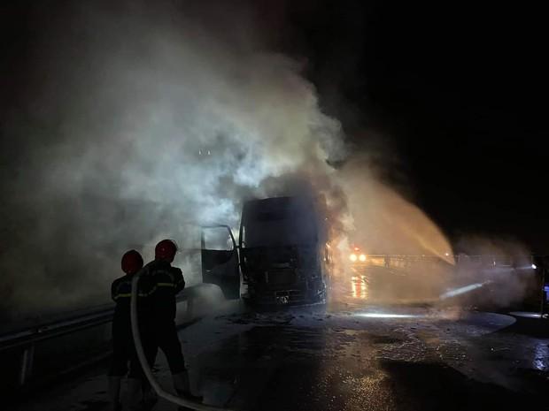 Xe đầu kéo bốc cháy dữ dội trên cao tốc Đà Nẵng - Quảng Ngãi - Ảnh 3.