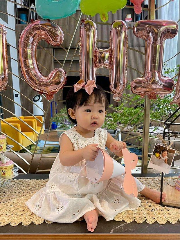 Tiệc thôi nôi nhà Cường Đô La: Lần đầu công khai tên thật của Suchin, mẹ chồng đại gia của Đàm Thu Trang lộ diện - Ảnh 4.