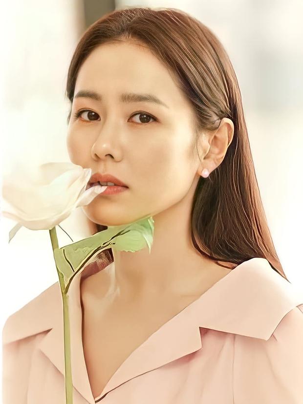8 mỹ nhân hack tuổi thần sầu của phim Hàn: Son Ye Jin trẻ mãi không già, Jang Nara như ăn thịt Đường Tăng - Ảnh 1.
