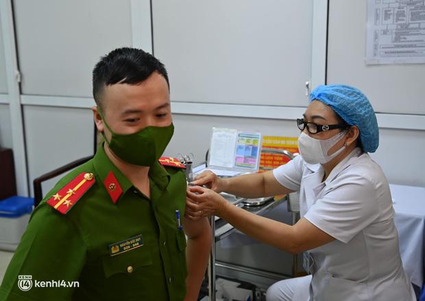 Ảnh: Hà Nội triển khai chiến dịch tiêm vắc xin phòng Covid-19 trên diện rộng - Ảnh 4.