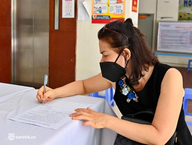 Ảnh: Hà Nội triển khai chiến dịch tiêm vắc xin phòng Covid-19 trên diện rộng - Ảnh 2.