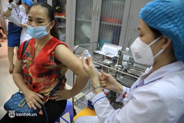 Ảnh: Hà Nội triển khai chiến dịch tiêm vắc xin phòng Covid-19 trên diện rộng - Ảnh 8.