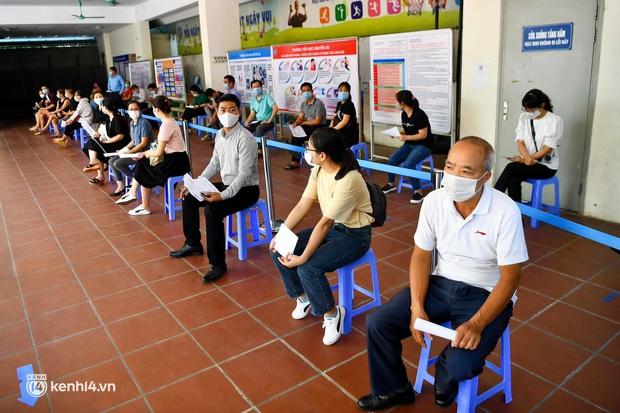 Ảnh: Hà Nội triển khai chiến dịch tiêm vắc xin phòng Covid-19 trên diện rộng - Ảnh 9.