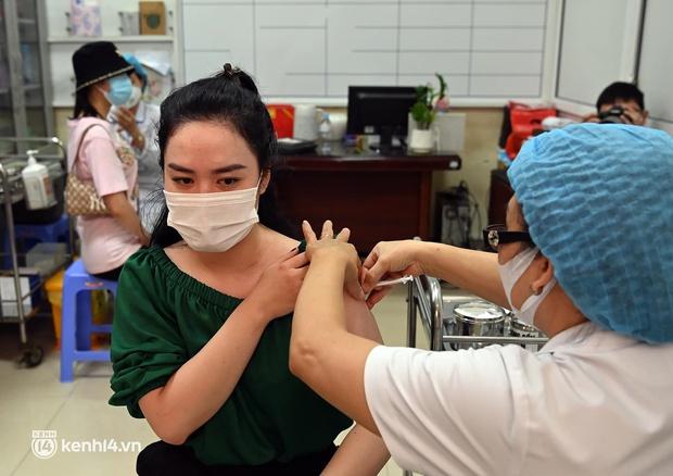 Ảnh: Hà Nội triển khai chiến dịch tiêm vắc xin phòng Covid-19 trên diện rộng - Ảnh 10.