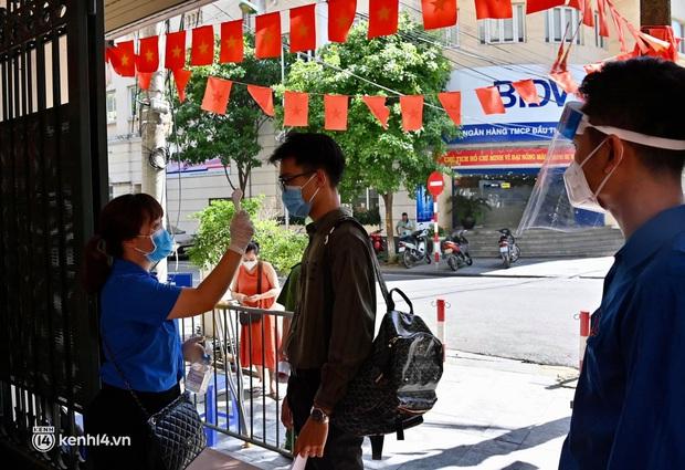 Ảnh: Hà Nội triển khai chiến dịch tiêm vắc xin phòng Covid-19 trên diện rộng - Ảnh 1.