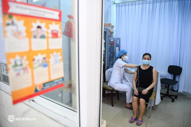 Ảnh: Hà Nội triển khai chiến dịch tiêm vắc xin phòng Covid-19 trên diện rộng - Ảnh 11.