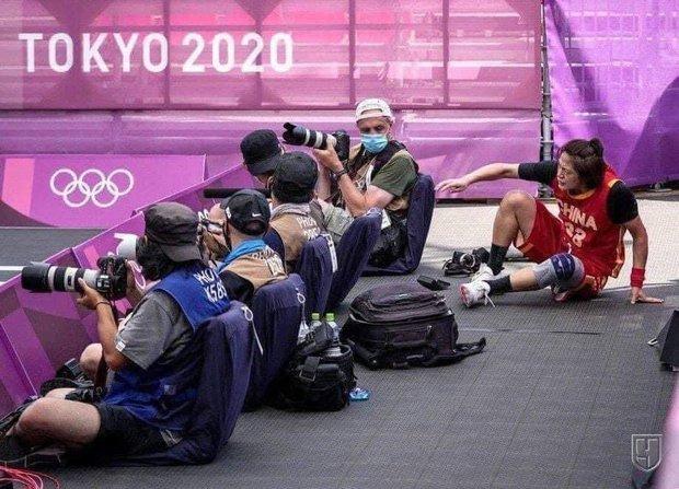VĐV bóng rổ Olympic lao vào khu vực phóng viên để cứu bóng, ngờ đâu đánh bay 350 triệu trong giây lát - Ảnh 1.