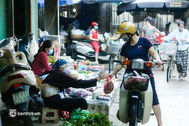Hà Nội: Phường đầu tiên phát thẻ đi chợ vào ngày chẵn, lẻ - Ảnh 10.