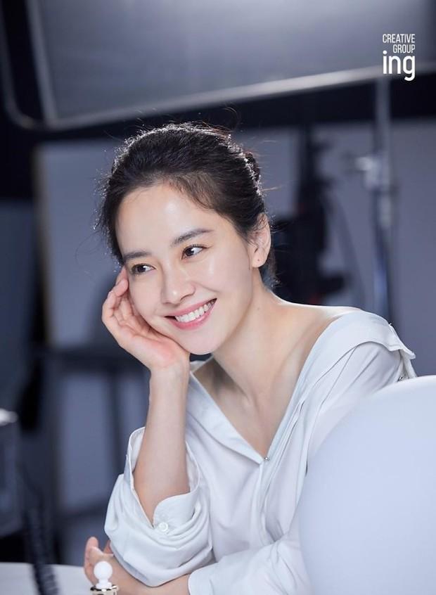 8 mỹ nhân hack tuổi thần sầu của phim Hàn: Son Ye Jin trẻ mãi không già, Jang Nara như ăn thịt Đường Tăng - Ảnh 14.