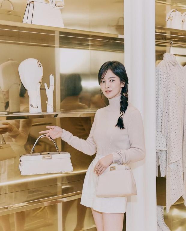 Song Hye Kyo đích thân xả ảnh sự kiện cao cấp: Cận cảnh nhan sắc đẹp nhất xứ Hàn, kéo đến vòng eo con kiến càng choáng hơn - Ảnh 5.