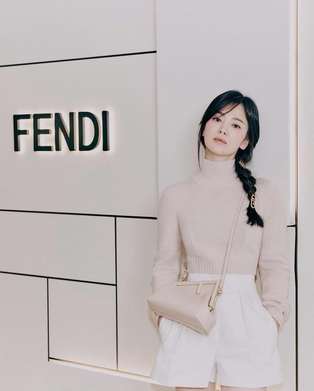 Song Hye Kyo đích thân xả ảnh sự kiện cao cấp: Cận cảnh nhan sắc đẹp nhất xứ Hàn, kéo đến vòng eo con kiến càng choáng hơn - Ảnh 3.