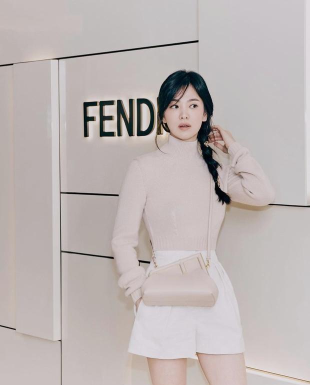 Song Hye Kyo đích thân xả ảnh sự kiện cao cấp: Cận cảnh nhan sắc đẹp nhất xứ Hàn, kéo đến vòng eo con kiến càng choáng hơn - Ảnh 2.