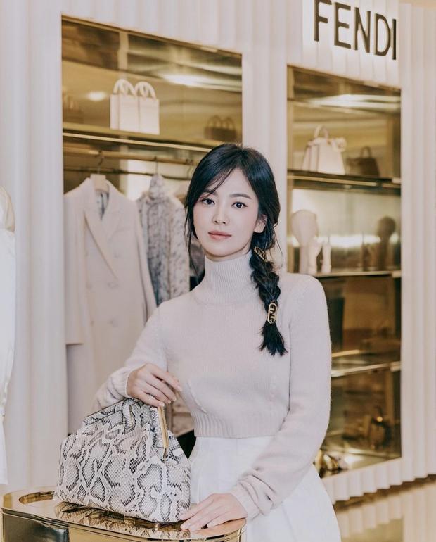 Song Hye Kyo đích thân xả ảnh sự kiện cao cấp: Cận cảnh nhan sắc đẹp nhất xứ Hàn, kéo đến vòng eo con kiến càng choáng hơn - Ảnh 4.