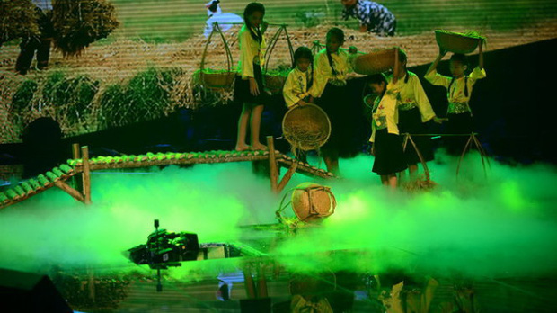 Giọng Hát Việt Nhí từng bị sập sân khấu khiến 3 người bị thương ngay trên sóng trực tiếp - Ảnh 2.