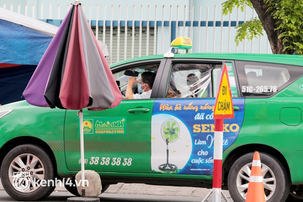 TP.HCM: Hai hãng taxi truyền thống được hoạt động để đưa đón người đến sân bay, cơ sở y tế - Ảnh 1.