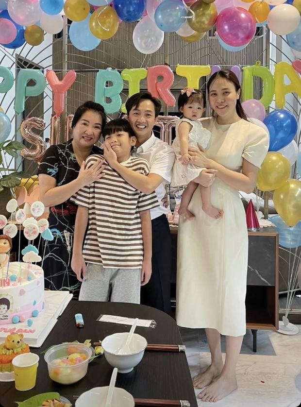Tiệc thôi nôi nhà Cường Đô La: Lần đầu công khai tên thật của Suchin, mẹ chồng đại gia của Đàm Thu Trang lộ diện - Ảnh 2.