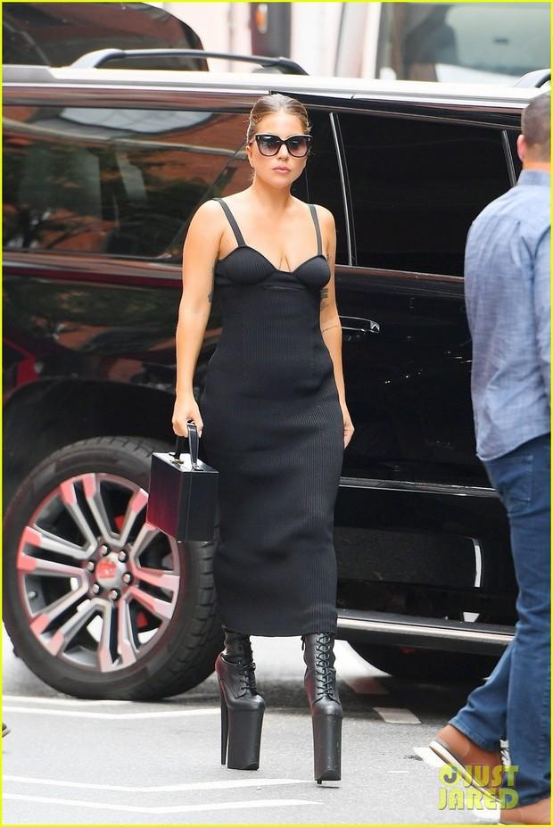 Thót tim nhìn chị Dậu Lady Gaga lênh khênh đôi guốc như cây sào đi dạo, vẫn catwalk chặt chém phố phường dù lộ bụng mỡ - Ảnh 3.