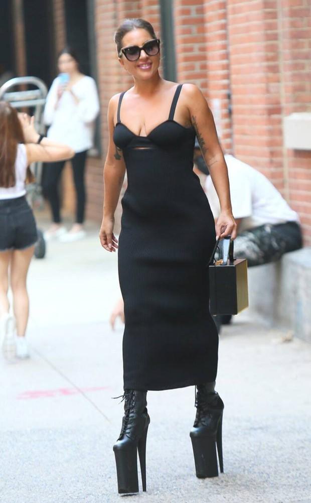 Thót tim nhìn chị Dậu Lady Gaga lênh khênh đôi guốc như cây sào đi dạo, vẫn catwalk chặt chém phố phường dù lộ bụng mỡ - Ảnh 5.