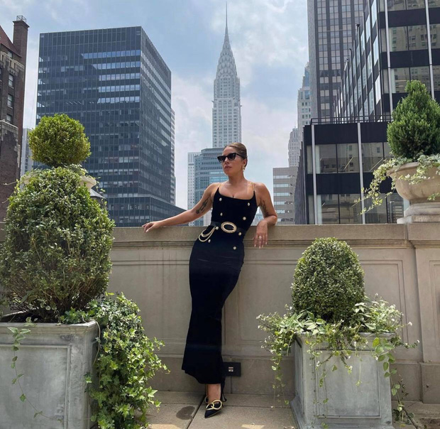 Thót tim nhìn chị Dậu Lady Gaga lênh khênh đôi guốc như cây sào đi dạo, vẫn catwalk chặt chém phố phường dù lộ bụng mỡ - Ảnh 6.