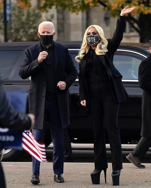 Thót tim nhìn chị Dậu Lady Gaga lênh khênh đôi guốc như cây sào đi dạo, vẫn catwalk chặt chém phố phường dù lộ bụng mỡ - Ảnh 8.