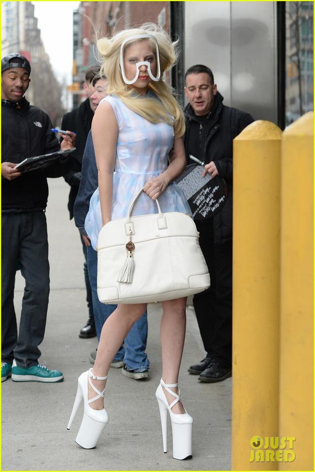 Thót tim nhìn chị Dậu Lady Gaga lênh khênh đôi guốc như cây sào đi dạo, vẫn catwalk chặt chém phố phường dù lộ bụng mỡ - Ảnh 10.