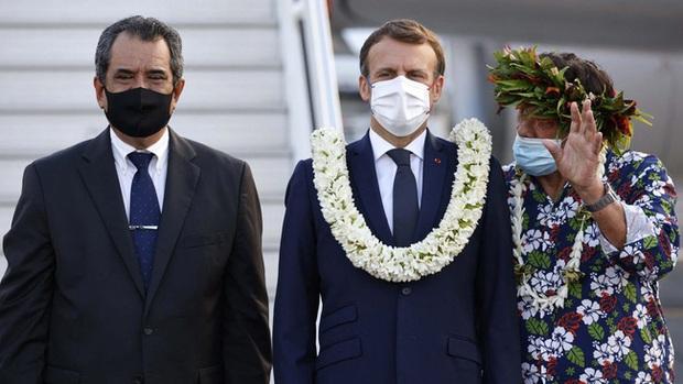 Tổng thống Pháp bất ngờ biến thành vòng hoa khổng lồ di dộng, vẻ mặt tôi ổn càng khiến mọi người thích thú - Ảnh 2.