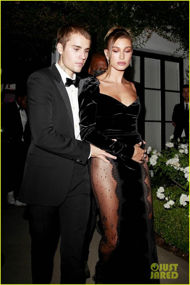 Justin Bieber mở tiệc cực hot: Lên đồ lột xác bảnh như chú rể, ôm khư khư Hailey vì lo nàng mặc váy xẻ sâu hoắm đến mức lộ hàng - Ảnh 3.