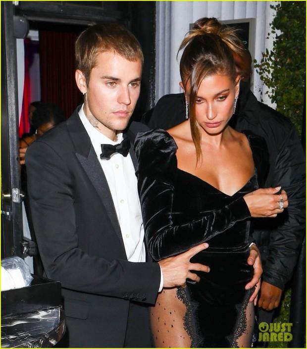 Justin Bieber mở tiệc cực hot: Lên đồ lột xác bảnh như chú rể, ôm khư khư Hailey vì lo nàng mặc váy xẻ sâu hoắm đến mức lộ hàng - Ảnh 4.