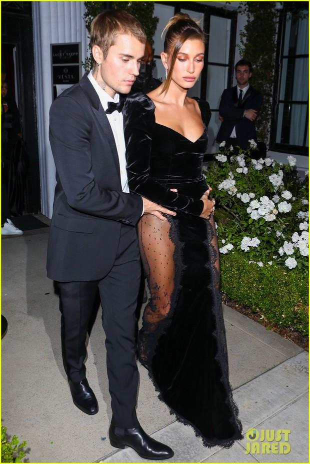 Justin Bieber mở tiệc cực hot: Lên đồ lột xác bảnh như chú rể, ôm khư khư Hailey vì lo nàng mặc váy xẻ sâu hoắm đến mức lộ hàng - Ảnh 5.
