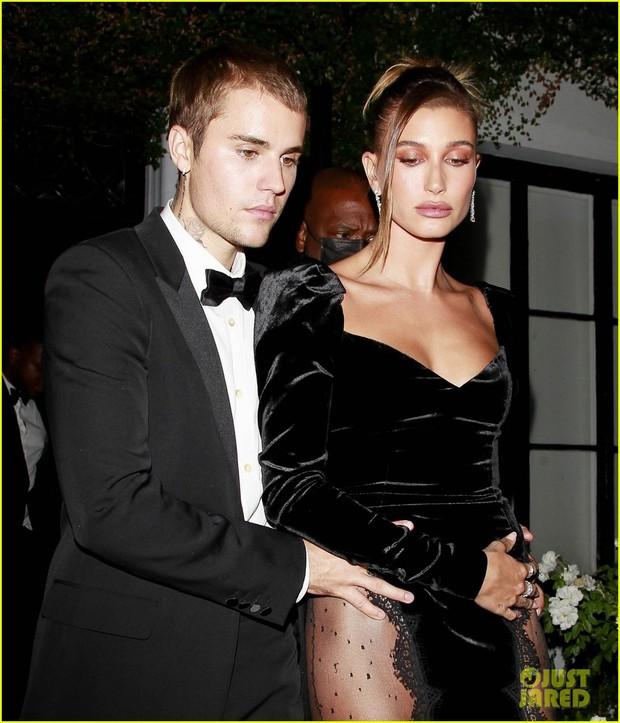 Justin Bieber mở tiệc cực hot: Lên đồ lột xác bảnh như chú rể, ôm khư khư Hailey vì lo nàng mặc váy xẻ sâu hoắm đến mức lộ hàng - Ảnh 9.