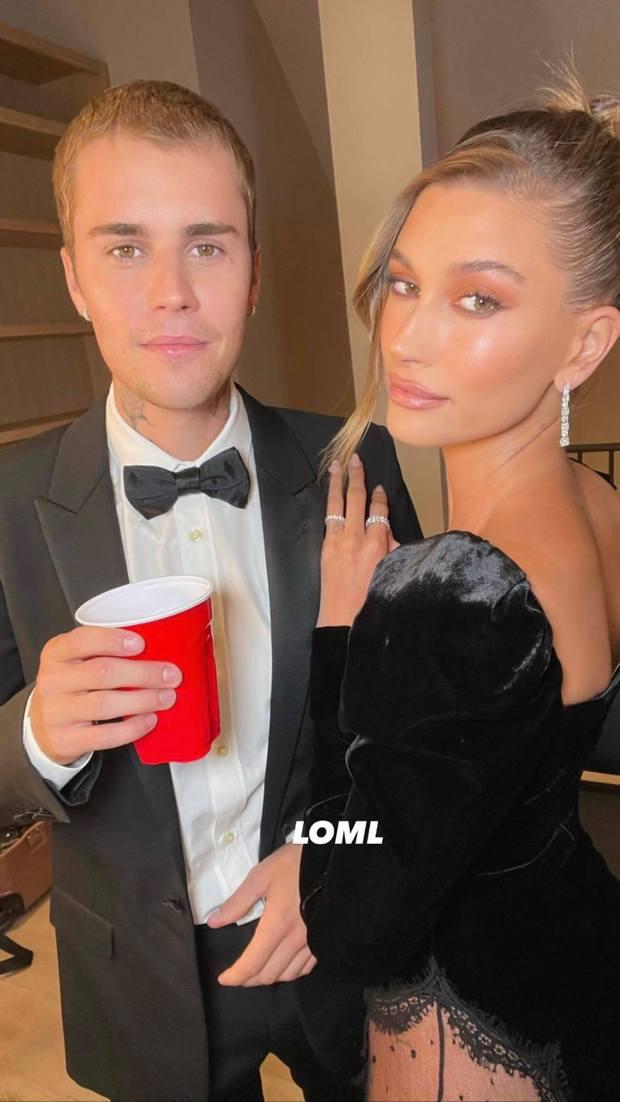 Justin Bieber mở tiệc cực hot: Lên đồ lột xác bảnh như chú rể, ôm khư khư Hailey vì lo nàng mặc váy xẻ sâu hoắm đến mức lộ hàng - Ảnh 12.