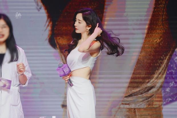 Trở thành gái độc thân, Dương Mịch ngày càng mlem với body đẳng cấp, đã thế còn chăm hở bạo khoe vòng 2 sexy - Ảnh 7.