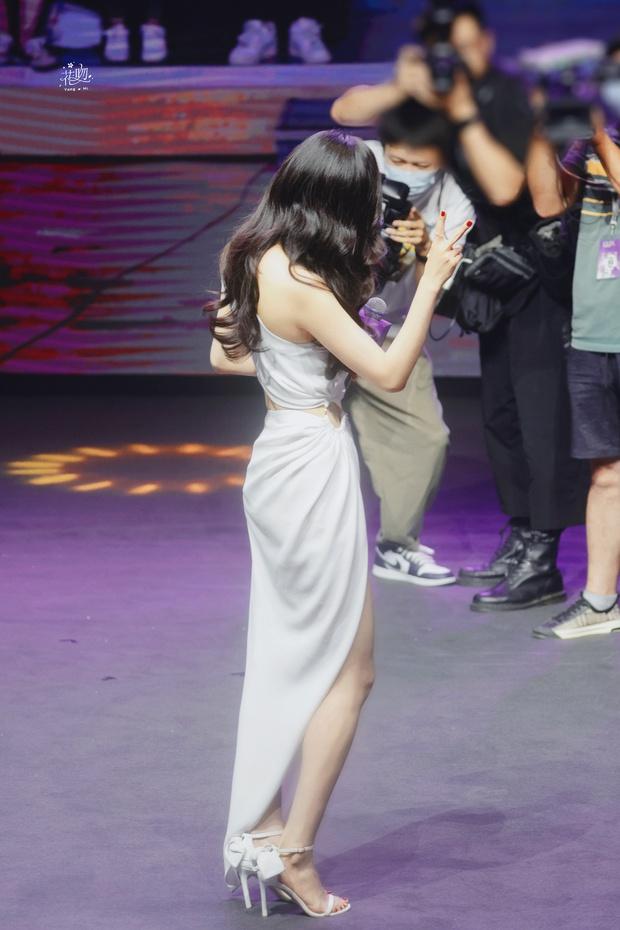 Trở thành gái độc thân, Dương Mịch ngày càng mlem với body đẳng cấp, đã thế còn chăm hở bạo khoe vòng 2 sexy - Ảnh 10.