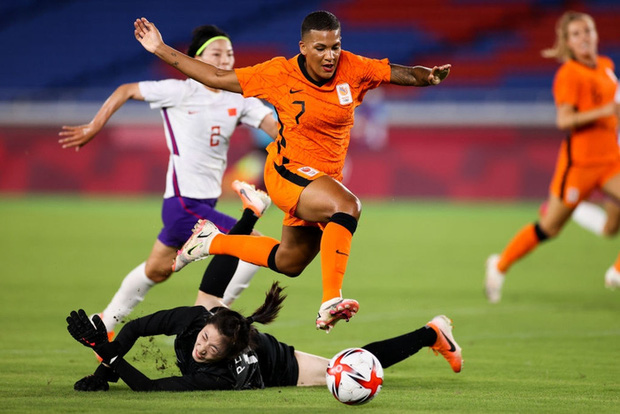 Bóng đá nữ Trung Quốc về nước từ vòng bảng sau thảm bại ê chề 8 bàn tại Olympic Tokyo 2020 - Ảnh 1.