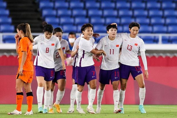Bóng đá nữ Trung Quốc về nước từ vòng bảng sau thảm bại ê chề 8 bàn tại Olympic Tokyo 2020 - Ảnh 2.