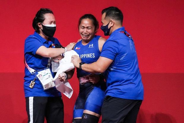 Xót xa hình ảnh đôi bàn tay của VĐV Philippines sau khi giành HCV Olympic, xứng đáng với khoản thưởng rất nhiều số 0 cô nhận được  - Ảnh 3.