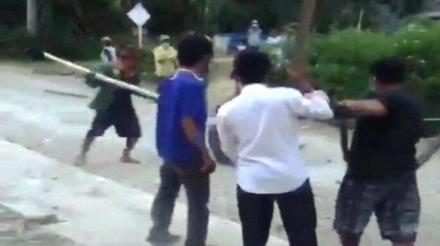 Dân mạng chia sẻ rầm rộ clip người đàn ông bị đánh hội đồng, biết được nguyên nhân ai cũng thốt lên không thể thương nổi - Ảnh 4.