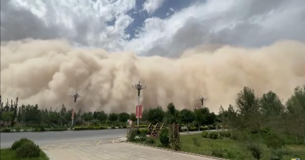 Video: Bức tường cát cao 100 mét nuốt chửng thành phố Trung Quốc tạo khung cảnh kinh hoàng như ngày tận thế - Ảnh 4.
