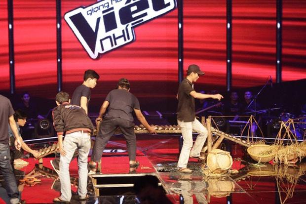 Giọng Hát Việt Nhí từng bị sập sân khấu khiến 3 người bị thương ngay trên sóng trực tiếp - Ảnh 4.