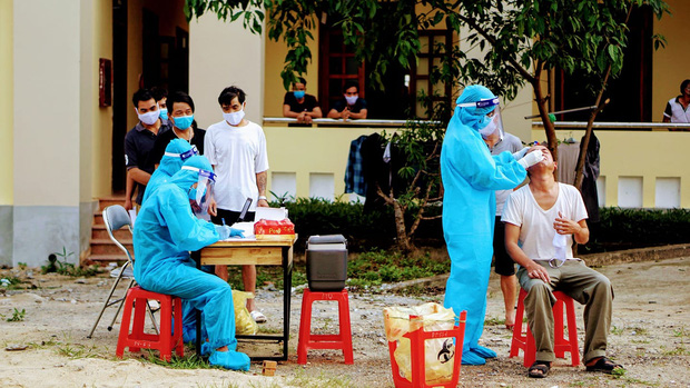2 nhân viên y tế dương tính với SARS-CoV-2 sau khi tiếp xúc bệnh nhân là tài xế đường dài - Ảnh 1.