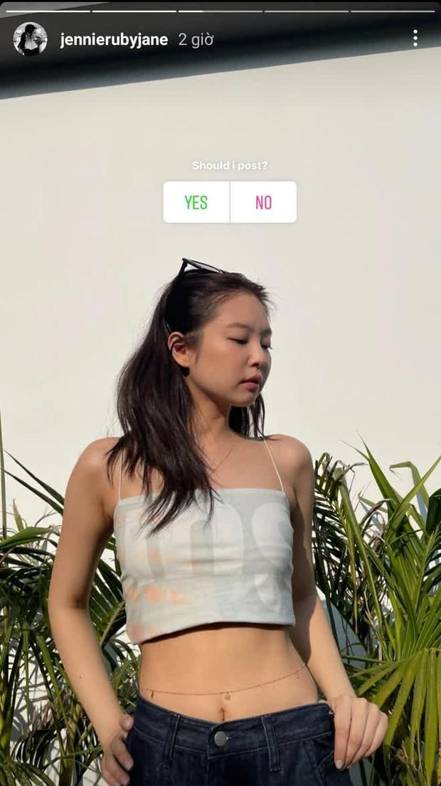 Jennie khoe body với áo 2 dây sexy, chị em dễ dàng sắm ngay chiếc tương tự chỉ từ 95k - Ảnh 2.
