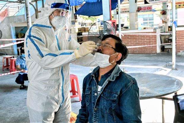 Người bán chè dương tính SARS-CoV-2, Đà Nẵng tạm đóng cửa chợ Cẩm Lệ - Ảnh 2.