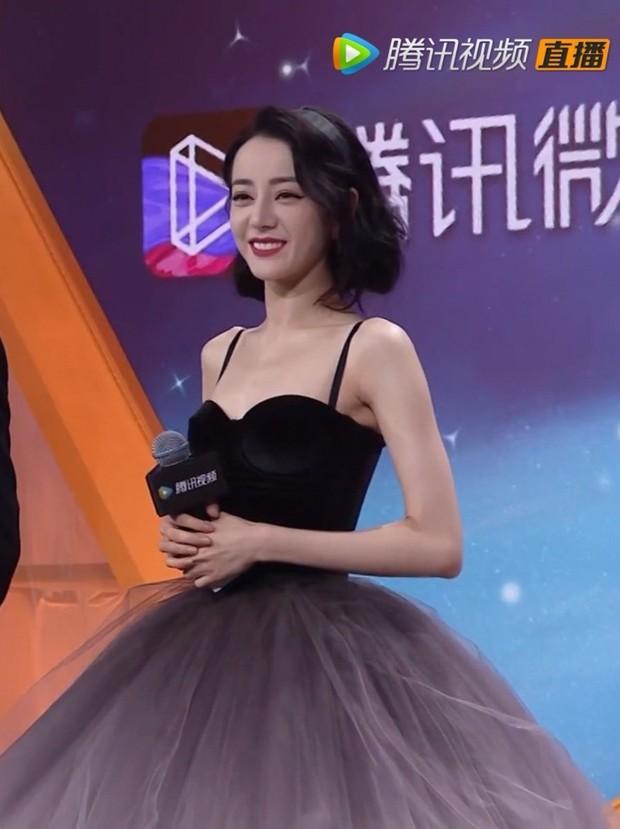 Cận cảnh nhan sắc Nhiệt Ba ở họp báo hot nhất hôm nay: Kinh diễm tựa công chúa nhưng vòng 1 mất hút, tay như da bọc xương - Ảnh 10.