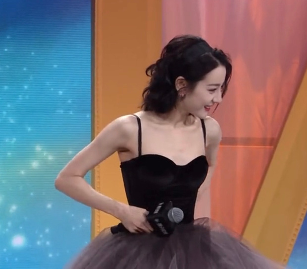 Cận cảnh nhan sắc Nhiệt Ba ở họp báo hot nhất hôm nay: Kinh diễm tựa công chúa nhưng vòng 1 mất hút, tay như da bọc xương - Ảnh 11.