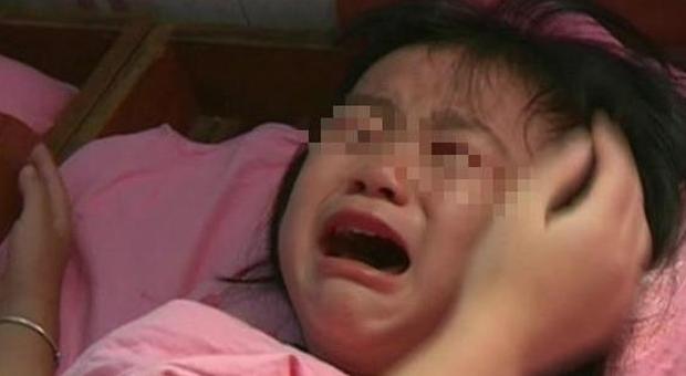 Con gái 5 tuổi thường xuyên khóc lóc giữa đêm, người mẹ quyết tâm đi rình, đến khi vạch áo con phát hiện sự thật khiến chị hối hận mãi - Ảnh 1.