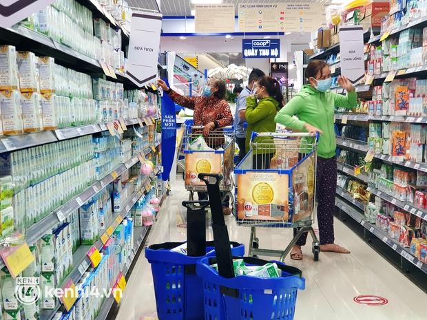 Siêu thị ở TP.HCM lên phương án mua chung để đưa hàng hóa đến khu dân cư, khu phong tỏa - Ảnh 2.