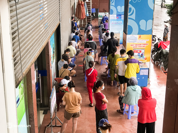 Ảnh: Người dân TP.HCM xếp hàng, cầm phiếu đi siêu thị theo khung giờ - Ảnh 3.