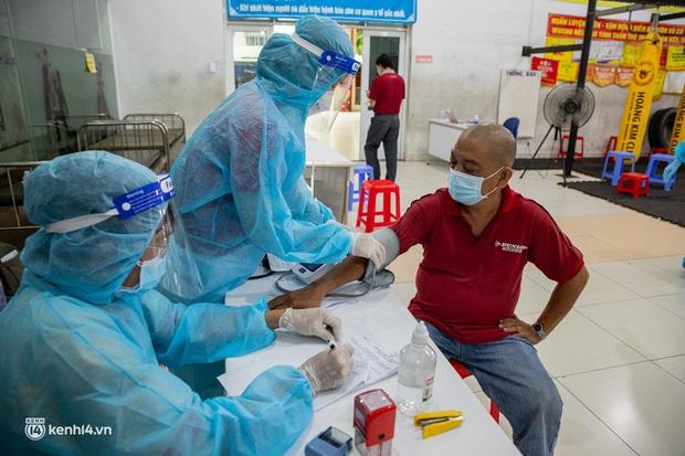 Tài xế công nghệ ở TP.HCM hào hứng khi được tiêm vắc xin Covid-19: Đọc tin nhắn thông báo tiêm, tôi mừng lắm - Ảnh 7.