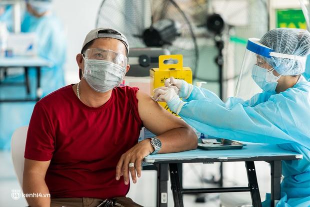 Tài xế công nghệ ở TP.HCM hào hứng khi được tiêm vắc xin Covid-19: Đọc tin nhắn thông báo tiêm, tôi mừng lắm - Ảnh 9.