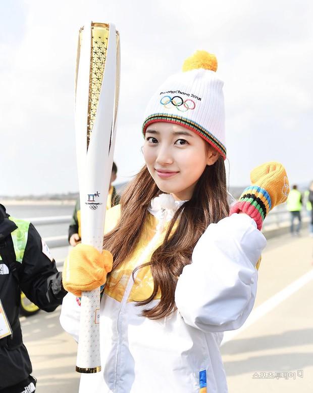 1 nữ thần xứ Hàn từng náo loạn lễ rước đuốc Olympic 2018: Đẹp ngây ngất giữa đoàn diễu hành, chấp ống kính phóng viên zoom sát - Ảnh 3.